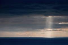 Φωτεινό φως του ήλιου πέρα από τον ωκεανό Στοκ Εικόνες