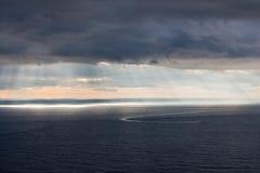 Φωτεινό φως του ήλιου πέρα από τον ωκεανό Στοκ φωτογραφίες με δικαίωμα ελεύθερης χρήσης
