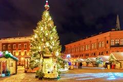Φωτεινό χριστουγεννιάτικο δέντρο στο τετράγωνο θόλων στην παλαιά Ρήγα Στοκ Εικόνες