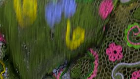 Φωτεινό χρωματισμένο τραπεζομάντιλο πλεγμένο απόθεμα βίντεο