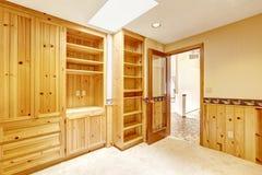 Φωτεινό δωμάτιο γραφείων με τα ξύλινους γραφεία και το φεγγίτη Στοκ εικόνες με δικαίωμα ελεύθερης χρήσης