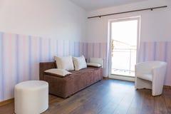 Φωτεινό δωμάτιο μωρών με την ταπετσαρία Στοκ Φωτογραφίες