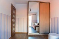 Φωτεινό δωμάτιο μωρών με την ταπετσαρία Στοκ φωτογραφία με δικαίωμα ελεύθερης χρήσης