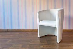 Φωτεινό δωμάτιο μωρών με την ταπετσαρία Στοκ Εικόνες