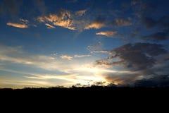 Φωτεινό όμορφο υπόβαθρο ουρανού ηλιοβασιλέματος στοκ εικόνες με δικαίωμα ελεύθερης χρήσης