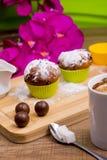 Φωτεινό Cupcake με τη ζάχαρη και τη σοκολάτα τήξης Στοκ Φωτογραφίες