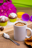 Φωτεινό Cupcake με τη ζάχαρη και τη σοκολάτα τήξης Στοκ εικόνα με δικαίωμα ελεύθερης χρήσης