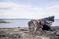 Φωτιά στη δύσκολη ακτή της λίμνης, στο κλίμα ο Στοκ φωτογραφίες με δικαίωμα ελεύθερης χρήσης