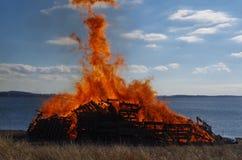 Φωτιά στον ποταμό τον Ιανουάριο Στοκ φωτογραφίες με δικαίωμα ελεύθερης χρήσης