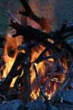 Φωτιά στο σούρουπο Στοκ εικόνα με δικαίωμα ελεύθερης χρήσης