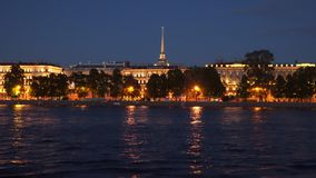 Φωτισμένα κτήρια στο ανάχωμα τη νύχτα Αγία Πετρούπολη Neva απόθεμα βίντεο