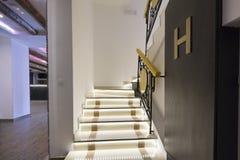 Φωτισμένα σκαλοπάτια στον κενό διάδρομο στοκ εικόνες
