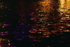 Φωτισμένα Dnipro κύματα στη νύχτα στοκ φωτογραφία με δικαίωμα ελεύθερης χρήσης
