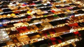 Φωτισμένες σκηνές της αγοράς τη νύχτα Η τοπ άποψη του colorfull φώτισε λαμπρά τις σκηνές της νύχτας τραίνων της Fai αποσυνθέσεων  απόθεμα βίντεο