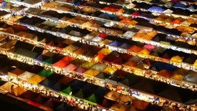 Φωτισμένες σκηνές της αγοράς τη νύχτα Η τοπ άποψη του colorfull φώτισε λαμπρά τις σκηνές της νύχτας τραίνων της Fai αποσυνθέσεων  φιλμ μικρού μήκους