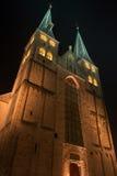 Φωτισμένη εκκλησία της πόλης Deventer στο κέντρο των Κάτω Χωρών λόγω ενός ειδικού Σαββατοκύριακου του Charles Dickens στοκ εικόνες