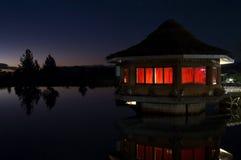 φωτισμένη εξοχικό σπίτι νύχτ&alp Στοκ φωτογραφία με δικαίωμα ελεύθερης χρήσης