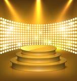 Φωτισμένη εορταστική χρυσή σκηνική εξέδρα ασφαλίστρου με τα φω'τα σημείων Στοκ εικόνα με δικαίωμα ελεύθερης χρήσης