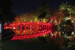 Φωτισμένη κόκκινη γέφυρα πέρα από τη λίμνη - κέντρο του παλαιού πόλης τετάρτου, Ανόι Στοκ Φωτογραφία