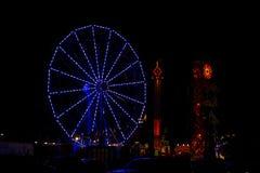 Φωτισμένη μπλε ρόδα Ferris τη νύχτα Στοκ εικόνες με δικαίωμα ελεύθερης χρήσης