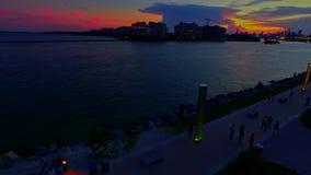 Φωτισμένη νύχτα άποψη του κόλπου πόλεων στο ηλιοβασίλεμα απόθεμα βίντεο