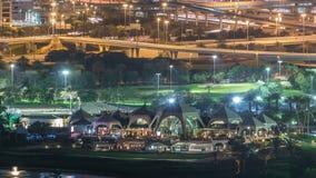 Φωτισμένη νύχτα ουρανοξυστών γηπέδων του γκολφ και του Ντουμπάι μαρίνα timelapse, Ντουμπάι, Ηνωμένα Αραβικά Εμιράτα φιλμ μικρού μήκους