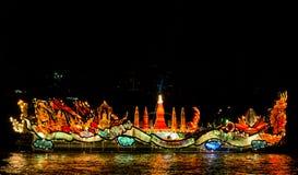 Φωτισμένη πομπή βαρκών στοκ φωτογραφίες