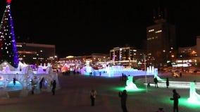 Φωτισμένη πόλη πάγου τη νύχτα απόθεμα βίντεο
