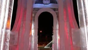 Φωτισμένη πύλη στην πόλη πάγου τη νύχτα απόθεμα βίντεο