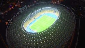 Φωτισμένοι γήπεδο ποδοσφαίρου, τομέας και διάταξη θέσεων, άποψη άνωθεν φιλμ μικρού μήκους