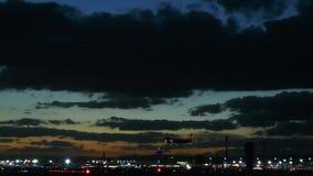 Φωτισμένος αερολιμένας της Φρανκφούρτης στο σούρουπο φιλμ μικρού μήκους