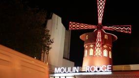 Φωτισμένος ανεμόμυλος πέρα από το ρουζ Moulin στο Παρίσι απόθεμα βίντεο