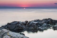 φωτισμένος αυγή ήλιος θάλασσας βράχου Στοκ φωτογραφίες με δικαίωμα ελεύθερης χρήσης