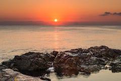 φωτισμένος αυγή ήλιος θάλασσας βράχου Στοκ Φωτογραφίες