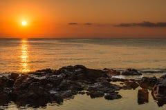 φωτισμένος αυγή ήλιος θάλασσας βράχου Στοκ Εικόνες
