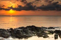φωτισμένος αυγή ήλιος θάλασσας βράχου Στοκ Εικόνα