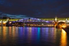 φωτισμένος γέφυρα πεζός Στοκ Εικόνες
