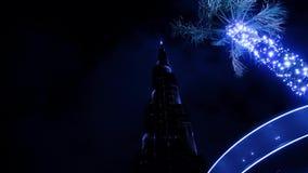 Φωτισμένος κορμός φοινίκων ενάντια στον ουρανοξύστη στο Ντουμπάι φιλμ μικρού μήκους
