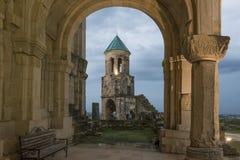 Φωτισμένος κουδούνι-πύργος Bagrati μέσω της αψίδας Στοκ Εικόνες