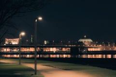Φωτισμένος ορίζοντας πόλεων του Ντίσελντορφ τη νύχτα Στοκ εικόνα με δικαίωμα ελεύθερης χρήσης