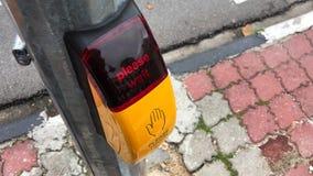 Φωτισμένος πίνακας ελέγχου που λέει ΠΑΡΑΚΑΛΩ την ΑΝΑΜΟΝΗ Να αναβοσβήσει το δρόμο φωτεινού σηματοδότη που διασχίζει τη συσκευή HD  φιλμ μικρού μήκους