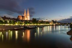 Φωτισμένος περίπατος στο Ρέγκενσμπουργκ με την άποψη στη γέφυρα καθεδρικών ναών και πετρών, Γερμανία Στοκ εικόνες με δικαίωμα ελεύθερης χρήσης