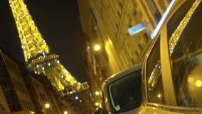 Φωτισμένος πύργος του Άιφελ που απεικονίζει στην επιφάνεια παραθύρων αυτοκινήτων, σύμβολο πόλεων, τουρισμός φιλμ μικρού μήκους
