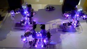 Φωτισμένος χορός ρομπότ φιλμ μικρού μήκους