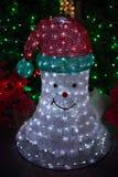 Φωτισμένος Χριστούγεννα χιονάνθρωπος νέου με το καπέλο santa Στοκ φωτογραφίες με δικαίωμα ελεύθερης χρήσης