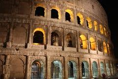 Φωτισμένο η Ιταλία Colosseum τη νύχτα Στοκ Εικόνες