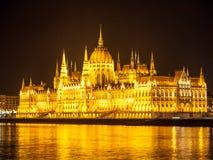 Φωτισμένο ιστορικό να στηριχτεί του ουγγρικού Κοινοβουλίου στο ανάχωμα ποταμών Δούναβη στη Βουδαπέστη τή νύχτα Στοκ εικόνα με δικαίωμα ελεύθερης χρήσης