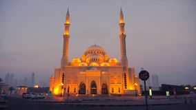 Φωτισμένο μουσουλμανικό τέμενος τη νύχτα Η υδρονέφωση και το σούρουπο γύρω από το μουσουλμανικό τέμενος και το χρυσό φως των φανα απόθεμα βίντεο