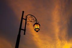 Φωτισμένο τρύγος πορτοκαλί φως λαμπτήρων οδών με το σύννεφο ηλιοβασιλέματος Στοκ φωτογραφία με δικαίωμα ελεύθερης χρήσης