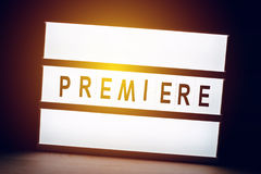 Φωτισμένο τρύγος σημάδι πρεμιέρας στον κινηματογράφο κινηματογράφων Στοκ Εικόνα
